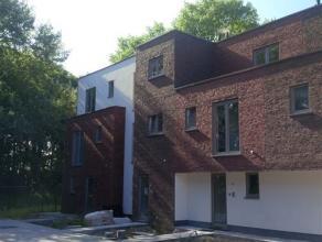 NIEUWBOUW : zeer ruime stadswoning met tuin en autostaanplaats Zeer stijlvolle en uiterst energiezuinige woning (E-peil 45), met gemeenschappelijke fi