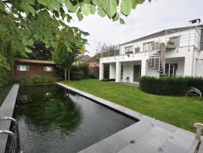 Gelegen op de prachtige Boniverlei vinden we deze uiterst ruime Franse stijlvilla (met typisch mansardedak) en mooie zwemvijver.  De woning is multifu