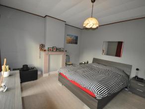 Deze gedeeltelijk gerenoveerde half-open bebouwing met 2 slaapkamers is gelegen op een verbindingslocatie.  Buitenschrijnwerk, keuken, badkamer, elekt