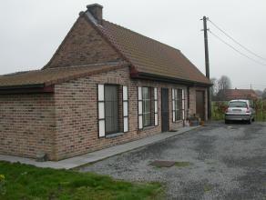 Ydyllisch gelegen landelijk huisje met grote tuin.  Bestaande uit: living, ingerichte keuken, badkamer, berging, 2 slaapkamers en garage.  Grote tui