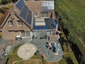 Villa 267 m² op 14 are naast agrarisch gebied. Inkom op marmer, vestiaire, gastentoilet. Leefruimte 85 m²: zithoek, wintertuin en open keuke