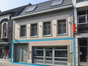 Gelijkvloers appartement van 109 m² in gebouw met slechts 2 woonsten en beschermde gevel. Achter de automatische houten poorten bevindt zich een