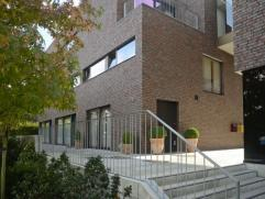 Rustig gelegen duplex-appartement 143 m² met eigen tuintje, 3 slaapkamers en ondergrondse parking & kelder. Inkomhal, toilet. Leefruim