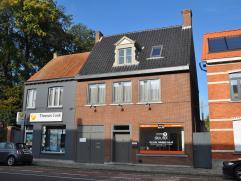 Handelshuis met woonst, loods en appartement op 1034 m2 op invalsweg van Brugge.  Voldoende parkeergelegenheid voor de deur.  Inkomhal, kantoor/wink