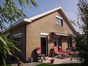 Degelijke woning bestaande uit  inkomhal, ruime living met gashaard toegang gevend tot het zonneterras, aparte keuken, gastentoilet, volledig keldern