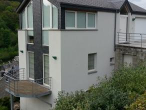 Studio tout confort situé à proximité du centre ville de Bouillon, offrant une belle vue sur le château fort.Composition du