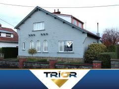 Sympathique maison 4 façades située dans une impasse à 2 pas de la gare de Fleurus. Elle se compose au rez-de-chaussée d'u