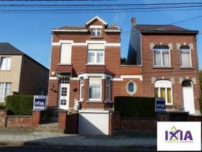 Dans un agréable quartier, spacieuse maison 3 façades d'environ 220 m² habitables en très bon état d'entretien, situ&