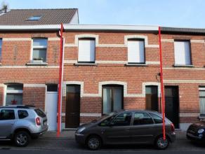 Een woning met 3 slaapkamers in het centrum van Brasschaat. Op het gelijkvloers bevindt zich de inkomhal, een living, een veranda, een keuken met een