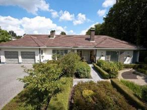 Deze ruime villa is gelegen aan de mooie Guyotdreef en is voorzien van een binnenzwembad en tennisterrein. Het eigendom heeft de volgende indeling: ce