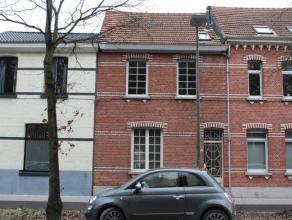 Een gerenoveerde woning met 152 m² bewoonbare oppervlakte vlakbij het centrum van Brasschaat. De woning beschikt over een inkomhal, een woonkamer