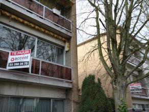 Een gerenoveerd 3 slaapkamer appartement met garagebox gelegen in een doodlopende straat. Het appartement beschikt over een inkomhal, een living met l
