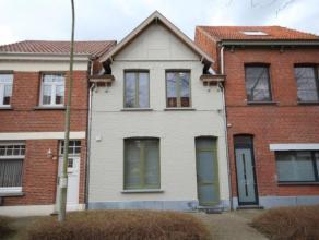 Een volledig gerenoveerde instapklare eigentijdse woning vlakbij het centrum van Brasschaat. De woning heeft de volgende indeling: Een ruime inkomhal,