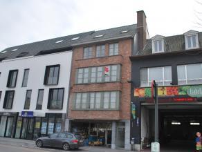 Met zijn ligging op de Veemarkt is dit mooie twee slaapkamerappartement uniek in zijn prijsklasse!Het appartement bestaat uit: Inkom met apart gastent