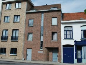 Dit appartement beschikt over een inkomruimte, een aparte slaapkamer, badkamer met toilet, lavabo en douche, woonkamer met ingerichte kitchenette (koe
