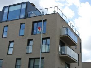 Centraal gelegen nieuwbouwappartement samengesteld uit:Inkom met apart gastentoilet, lichtrijke woonkamer, open, ingerichte keuken met aangrenzende be