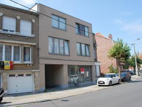 Dit gelijkvloers appartement is goed gelegen net buiten het centrum van Kortrijk en mogelijkheid tot een afgesloten parkeerplaats in het gebouw (50 eu