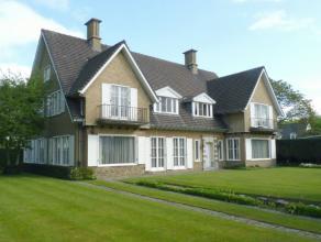 Op een absolute topligging in Kortrijk, vinden we deze zeer ruime, klassieke villa.De inkom, met de statige trap naar de verdieping, maakt direct indr