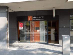 Handelspand dienstig als winkelruimte of kantoor met een oppervlakte van 80m².Open ruimte met achtergelegen berging, sanitair en kitchinetteruimt
