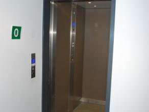 Deze kamer is gelegen op de eerste verdieping en omvat volgende :TWEE leefruimtes met apart bureel, 1 dubbel & 1 enkel bed, 2 grote kleerkasten, b