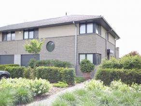 Belle villa neuve, 3 facade de 2008, grande terrasse et beau jardin. Rez de chaussée: hall d'entrée avec vestiaire et toilette sé