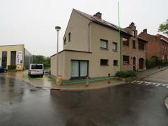 Maison rénovée, 3-façades, situé dans le centre de Tervuren. Rez-de-chaussée (carrelages): 18m² living, salle