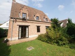 Belle villa située dans un quartier résidentiel. Rez de chaussée : hall d'entrée (8m²) avec toilette sépar&eac
