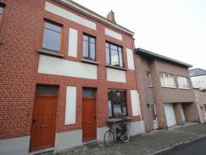 Charmante maison mitoyenne dans le centre de Tervuren avec terrasse/jardin. Rez-de-chaussée: living et cuisine entièrement équip&