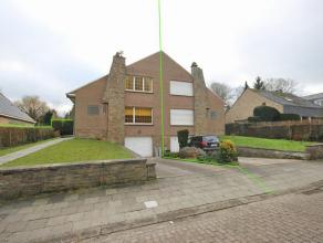 Maison 3-facades situé dans un quartier résidentiel 'Hoogvorst' à Tervuren. Rez-de-chaussée: hall d'entrée, toilett