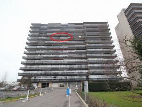 Opgefrist ruim appartement 75m² op de 9de verdieping met panoramisch zicht over de stad Tienen en het landschap.  Inkomhal, apart toilet, 26m&sup