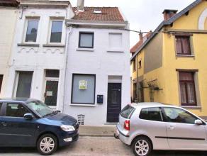 Agréable maison rénovée dans le centre de Tervuren. Rez-de-chaussée: hall d'entrée avec vestiaire, salle à m