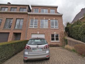 Maison spacieuse, très bien situé proche du centre de Tervuren, à 700m de La British School. Rez-de-chaussée: hall d'entr&