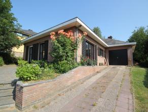 Bungalow avec beau jardin dans un lotissement résidentiel à Tervuren, située dans une rue tranquille. Rez-de-chaussée: hal