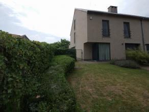 Villa détachée moderne avec terrasse et jardin plein sud. Rez-de-chaussée: Hall d'entrée (10m²) avec toilette s&eacut