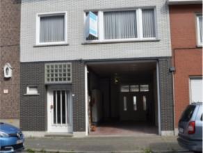 Ruime woning gelegen vlakbij Station Oudenaarde met grote garage. De woning is gelegen op 250 m wandelafstand van het station en 800 m van de grote Ma