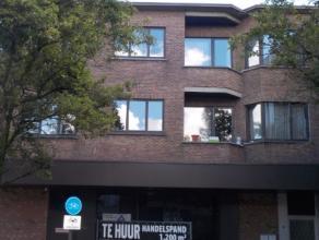 Handelspand in centrum Ekeren, oppervlakte 1200m², sanitair en eetruimte aanwezig, mogelijkheid tot parking achteraan bespreekbaar. Beschikbaar n