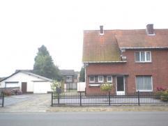 Huis met mogelijkheid aanbouwen tot 2-gezinswoning. Garage en tuinhuis.Inkomhal, living met open haard, keuken volledig geïnstalleerd met vaatwas
