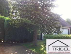 SOUS OPTION !!! WATERLOO, charmante villa 4 façades de 170m² sur un terrain de 500m², comprenant : hall d'entrée, wc invit&eac