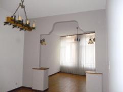 Grand appartement de 100m² dans un état impeccable avec terrasse situé au rez de chaussée. Composé: 1 hall d'entr&eac
