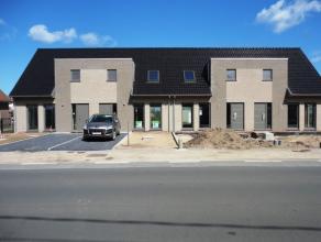 *VERHUURD*<br /> Deze lichtrijke nieuwbouwwoning heeft de volgende indeling.<br /> Op het gelijkvloers : inkom met gastentoilet, ruime leefkamer en op