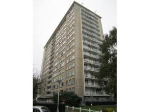 Buitenstaanplaats achter het appartementgebouw De Roest d'Alkmadelaan 11! Meer info en andere panden op : www.immoactivity.be