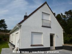 Deze villa is centraal maar toch rustig gelegen in het centrum van Knokke-Heist nabij de Groentenmarkt. De woning omvat: woonkamer met open keuken, 3