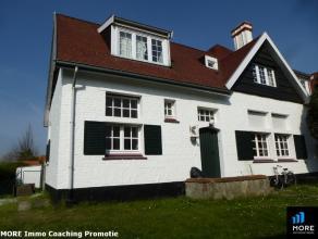 Deze grote, in cottagestijl afgewerkte koppelvilla bevindt zich op enkel passen van het Zegemeer. De woning omvat op het gelijkvloers een ruime woonka