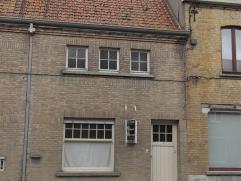 DIKSMUIDE (Pervijze): zeer goed gelegen op te frissen woning bestaande uit inkom met voorplaats,  living, ingerichte keuken, badkamer, berging en stad
