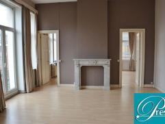 Charleroi, appartement de 70m², 1 chambre, cave. Au coeur de Charleroi, à l'angle de la rue de la Montagne et du Boulevard Audent, cet app