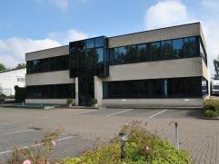 Een industrieel eigendom gelegen langs een hoofdas van Essen. Bedrijfspand op een perceel van ongeveer 2765m². De gebouwen omvatten: ÂBurel