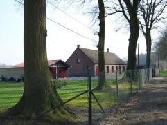 Landelijke woning op 13.160 m² met uniek zicht over de weilanden. Een prachtige locatie voor wie van groen en rust houdt. Indeling: Gelijkvloers: