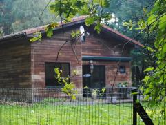Houten woning gelegen op 3513m² . Ruime woonkamer met open ingerichte keuken inkom toilet en badkamer ,berging; Verdieping zijn er 2 slaapkamers.