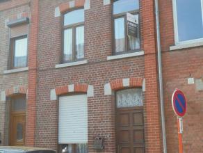 Bien située dans Jemappes, bonne maison sur 1A 40 offrant un beau volume et de belles grandes surfaces. Comprend, au rez, hall d'entrée,
