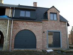 Nieuwe woning met garage, terras & tuin. INDELING: inkom met gastentoilet, ruime living met veel lichtinval, open volledig ingerichte keuken, gara